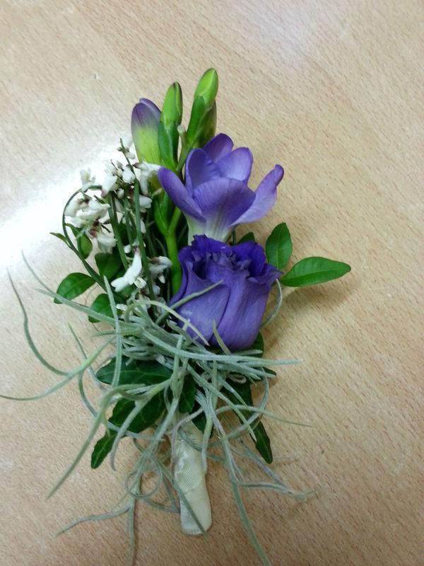 Beispiel: Blumenanstecker für den Bräutigam, Foto: Blumen Reichert.