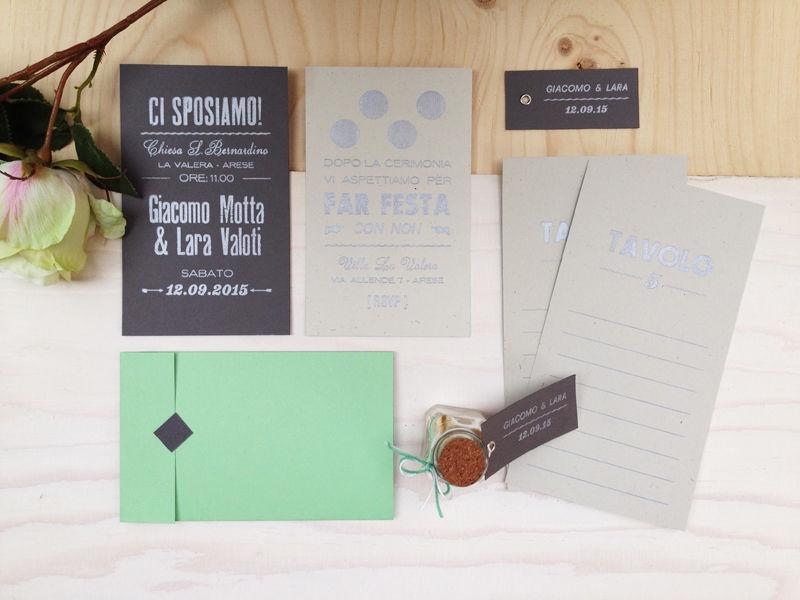 Cartoncini con colori a contrasto per le partecipazioni e stampa argento dallo spirito giovane e raffinato!