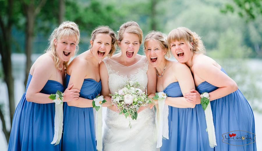 Hochzeitsreportage Schloss und Gut Liebenberg Seehaus, anspruchsvolle Hochzeitsreportage, Hochzeitsfotografie für Berlin und Brandenburg, Brautmädchen, schreien, blaue Kleider, Brautstrauß