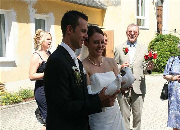 Beispiel: Brautpaar mit Tauben, Foto: Hochzeitstauben Michaela Kohl.