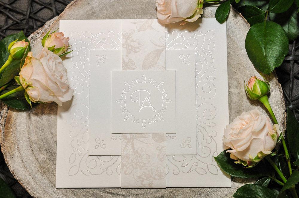 Faire-part de mariage Floralie, en dorure à chaud sur papier coton très épais. Modèle élégant et raffiné.