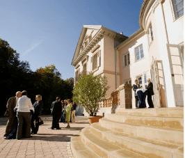 Beispiel: Festgesellschaft auf Treppe, Foto: Villa Eugenia.