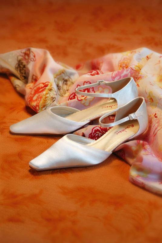 Beispiel: Silberne Brautschuhe, Foto: Brautstudio Sposa Favola.