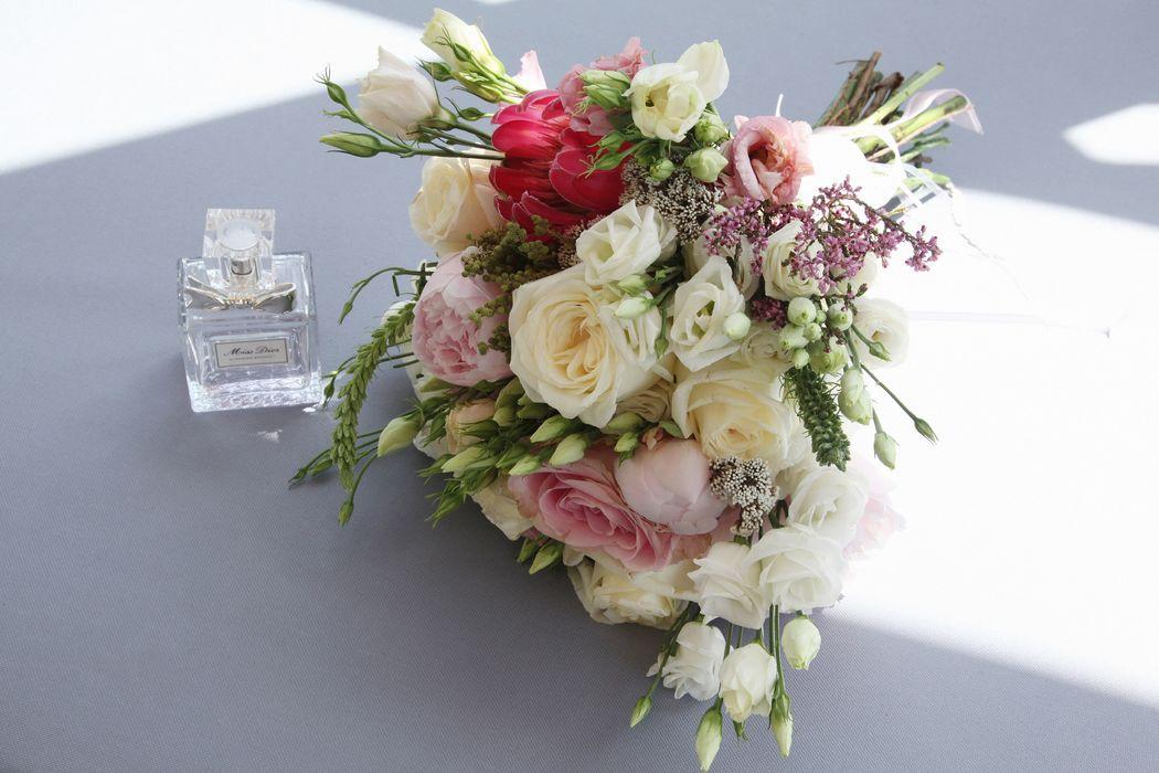 Białe  anemony