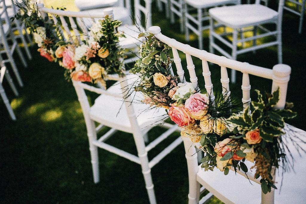 Sillas de novios decoradas con flores