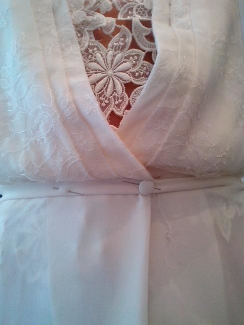 Amélie : détail de plissé en crêpe Georgette et dentelle Chantilly sur guipûre. Robe droite avec haut légèrement blousant.