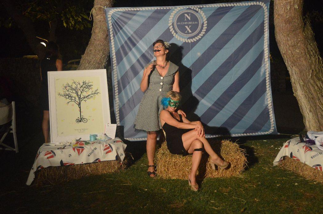 Photocall para boda en exterior. Con decoraciñon personalizada y diseño a petición del cliente.