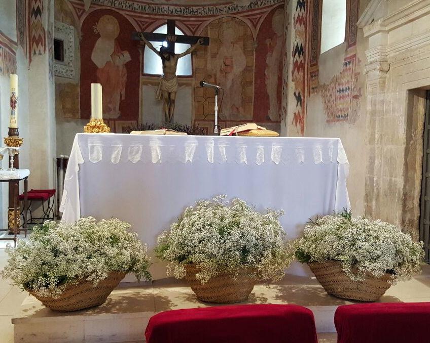 decoración de iglesia con capazos de paniculata