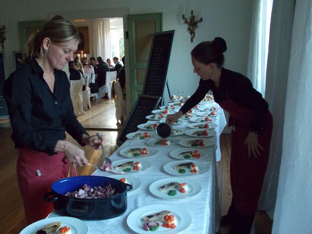 Anrichten der Vorspeise für 65 Gäste auf Schloss Neuhaus