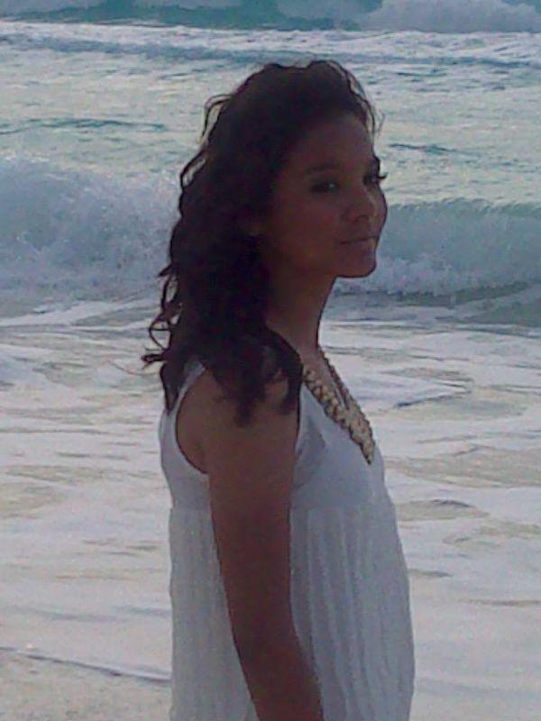 Peinado y maquillaje para tu sesion de fotos con el amanecer ala orilla de la playa.