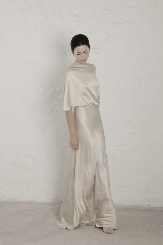 Valentina Vestido de satén de seda cortado al bies con escote trasero en V. El vestido realizado con una sola costura en espiral.