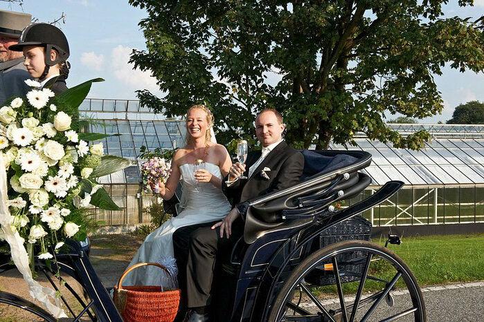 Beispiel: Brautpaar mit Kutsche, Foto: Beachclub Schleusenperle.