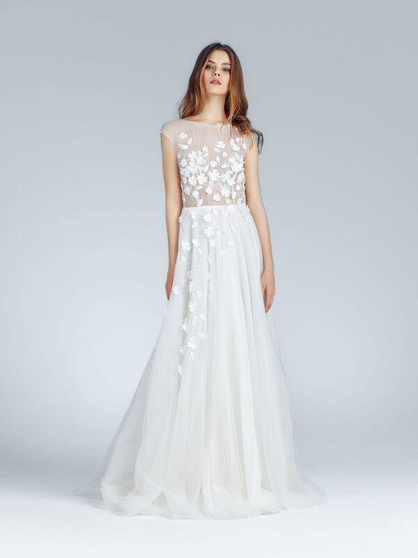Летящее свадебное платье с длинным шлейфом и полупрозрачным корсетом