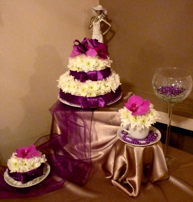 dekoracja sali,tort i kwiatowe filiżanki na stół kawowy