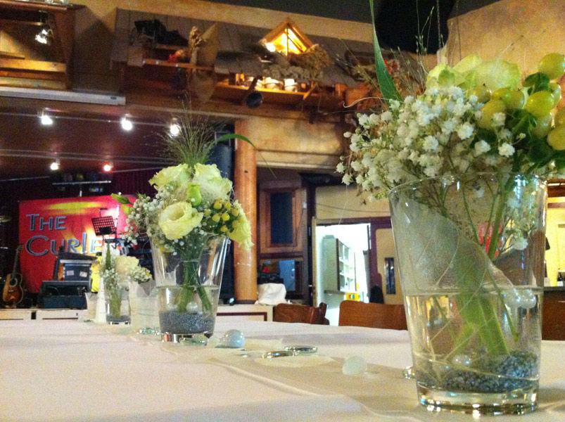 Beispiel: Florale Tischdekoration für die Hochzeitsfeier, Foto: Blumen Bachmann.