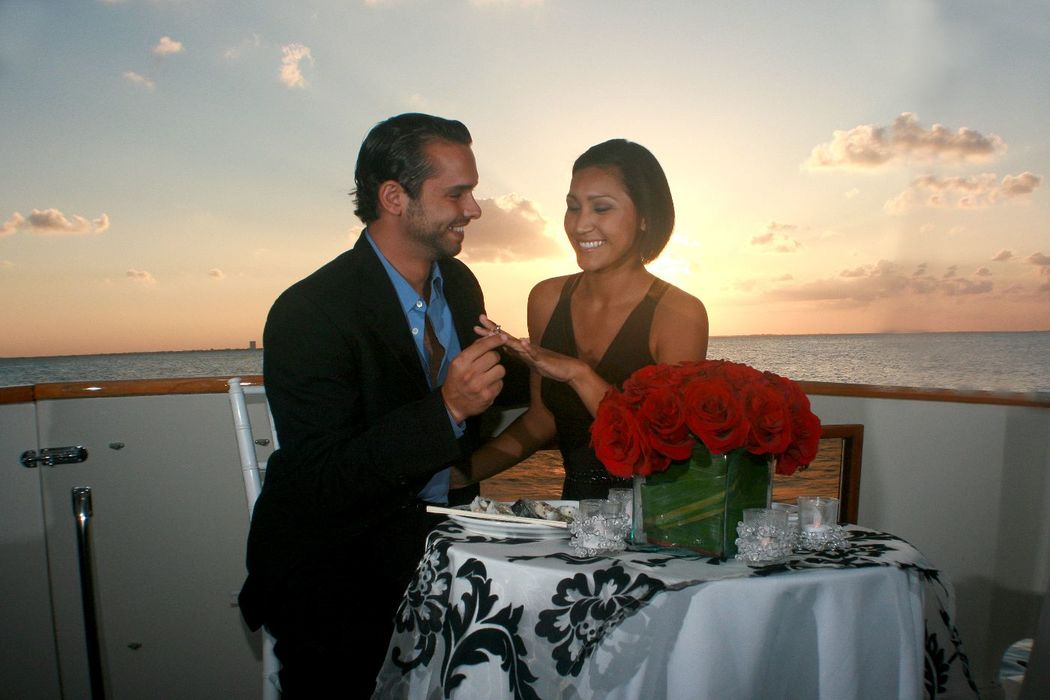 Cenas románticas #mobiliarioparaeventos, #bodasenlaplaya #beachweddings #centrosdemesa #centerpieces #bodasencancun #partyboutiquecancun #udwfinefurniturerental #prettyflowerscancun