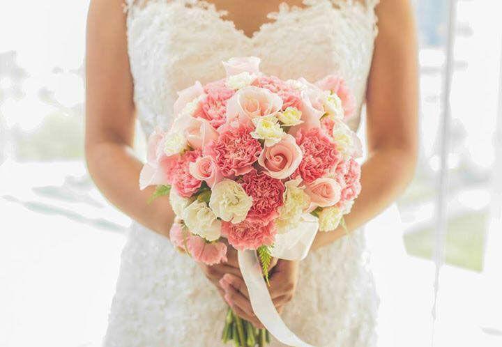 Rosas Titanic y claveles rosados y blancos forman este bouquet, inspirado en uno de nuestros arreglos más vendidos.  Foto: Julio Carnero.