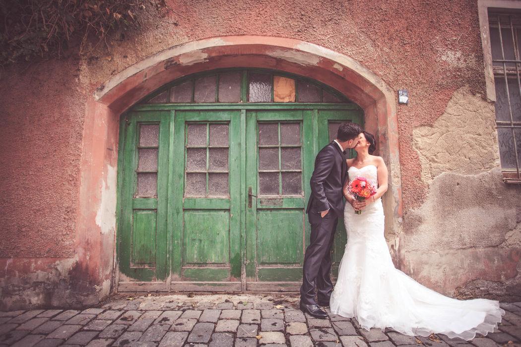 Beispiel: Kussfotos, Foto: Hochzeitsfotos - Augsburg Stadt & Land.