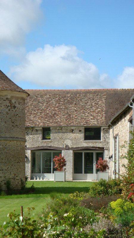 vue de l' entrée de la Grange depuis la cour paysagée