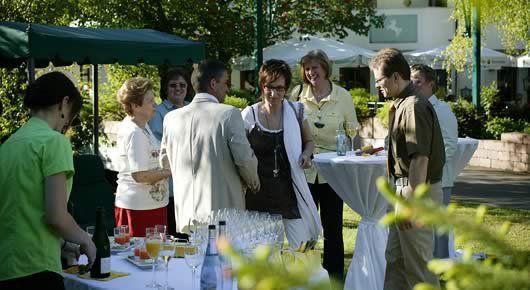 Beispiel: Hochzeitsgesellschaft im Garten, Foto: AKZENT Hotel Forellenhof Rössle.