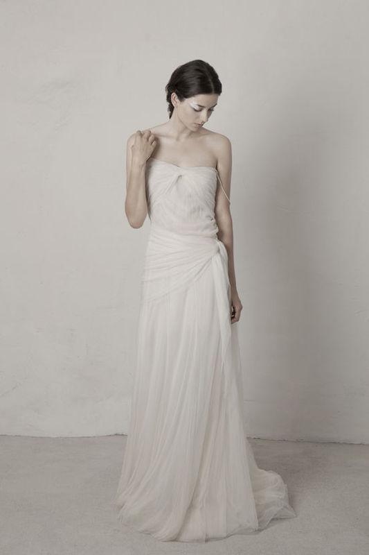 Pearl. Vestido asimétrico con drapeados de tul de seda, anudado en la cadera, con abotonadura en diagonal en la parte de atras y con tirantes de perlas cultivadas.