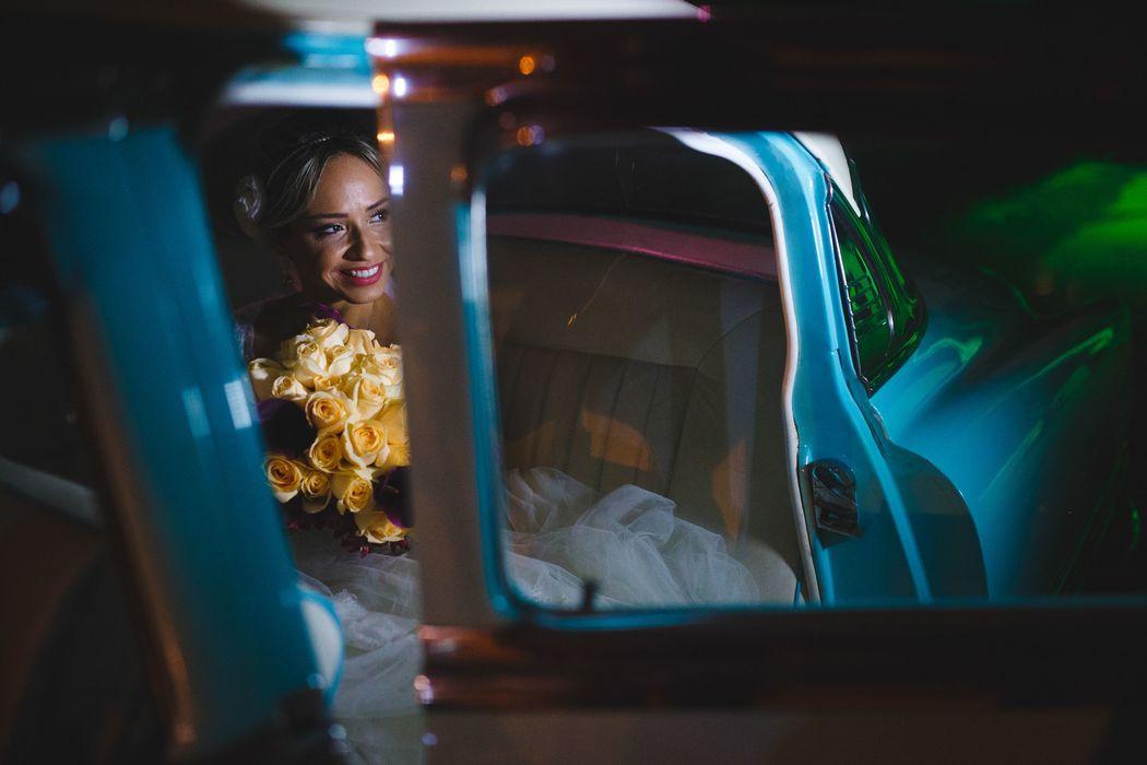 noiva no carro se preparando para entrar na cerimonia