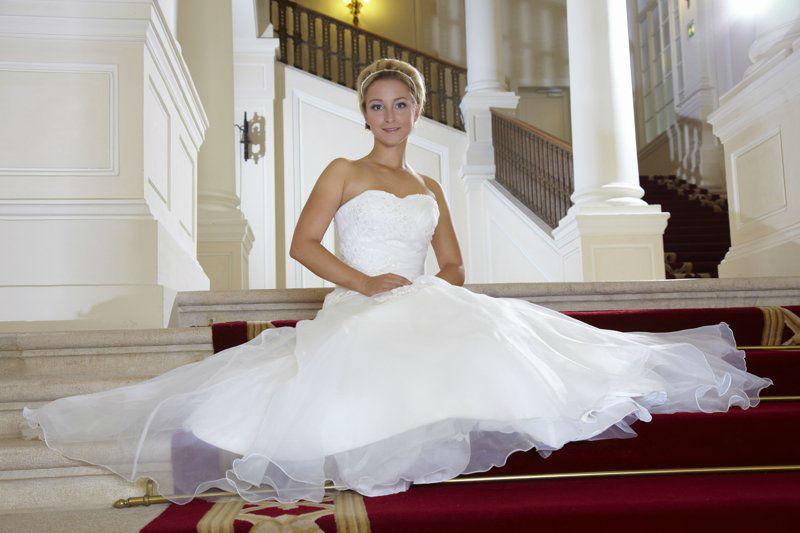 Beispiel: Trägerloses Brautkleid, Foto: Lia Brautmoden.
