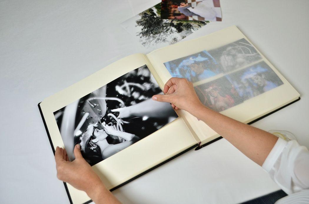Album de fotos encuadernado con cartulina y papel traslúcido especialmente indicado para el cuidado de las fotografías. Las fotos se pegan con cinta adhesiva de doble contacto. Ingresa a www.leder.com.pe para ver el video.