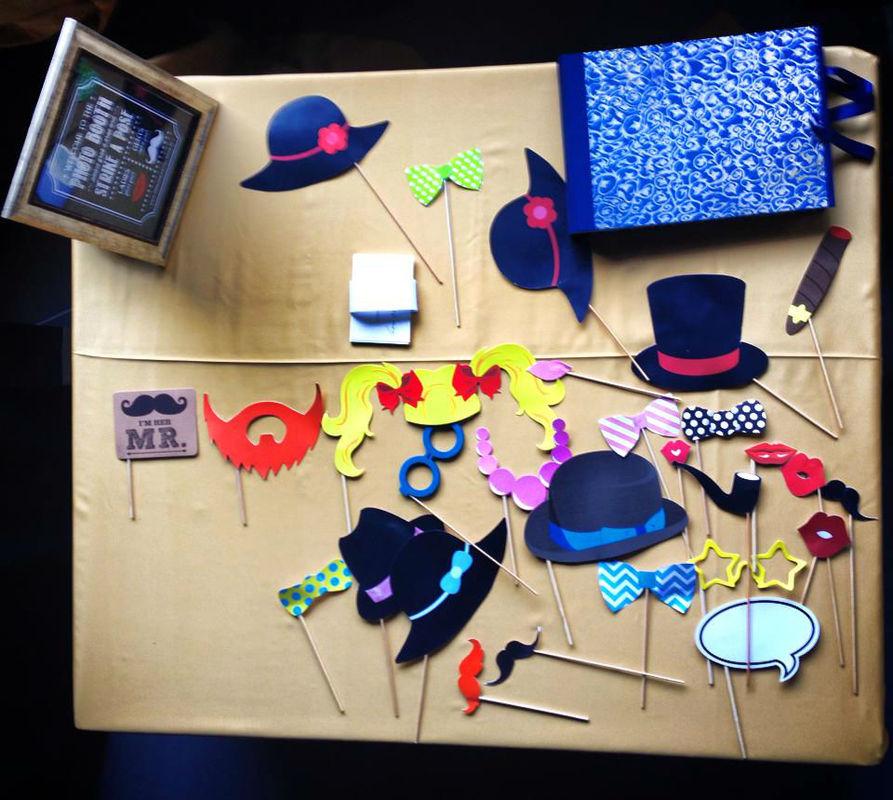 Photobooth di Alessandro Zingone - reporter di nozze: servizi fotografici e cabina photobooth. Alcune maschere tipo bastoncino.