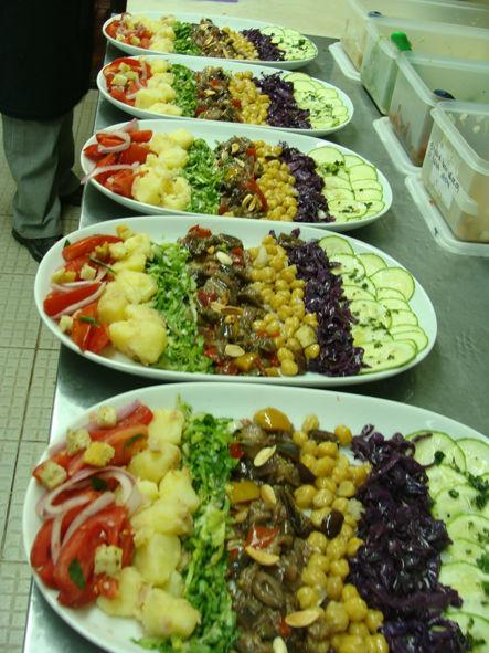 Entradas e saladas combinadas 01 Na foto: salada panzanella, batatas com atum, couve e alici, caponata, grão de bico, azeitonas pretas, carpaccio de abobrinha