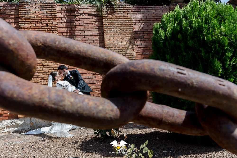 Fotografía de los novios con cadena