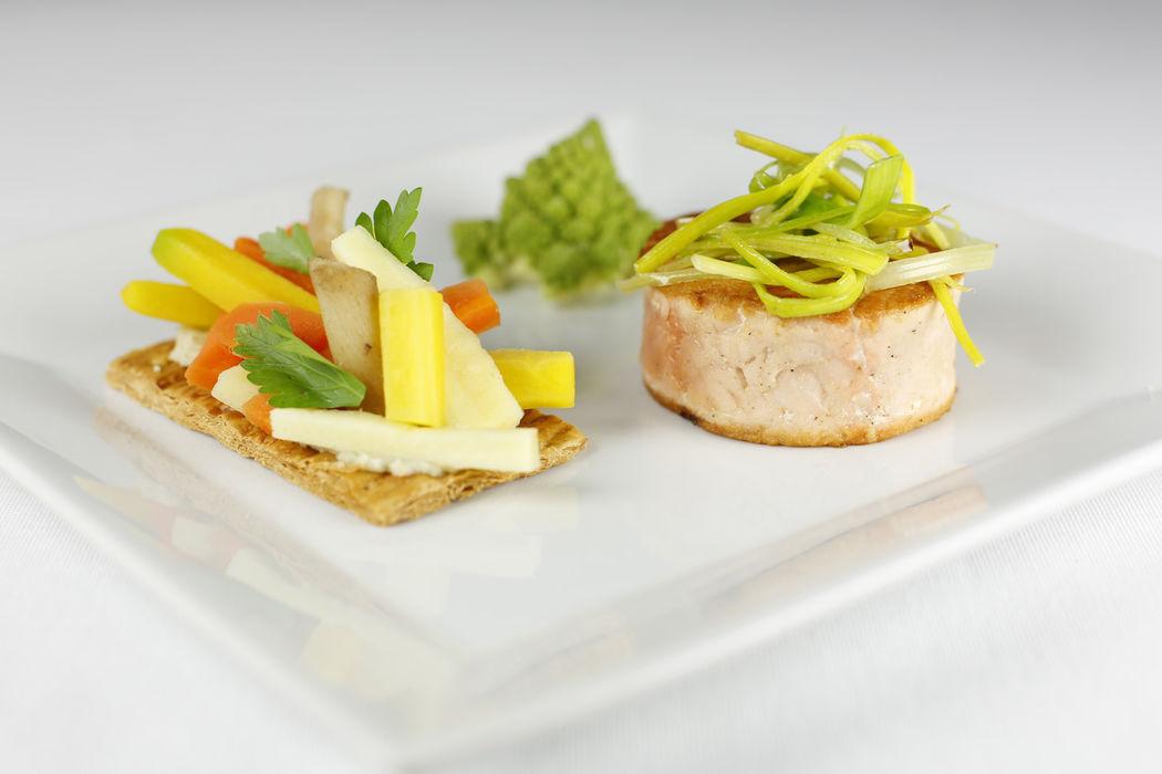 Tournedos de saumon, tarte fine aux légumes oubliés et sauce au basilic.