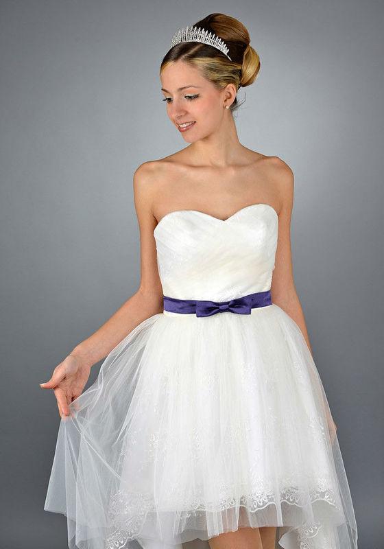 Beispiel: Kurze Hochzeitskleider, Foto: Saray Brautmoden.