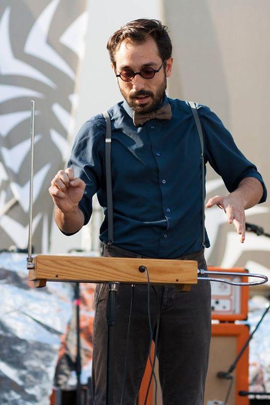 L'utilizzo del theremin, suonato dal musicista e compositore Massimo Cervini, è una peculiarità dei Decostruttori Postmodernisti