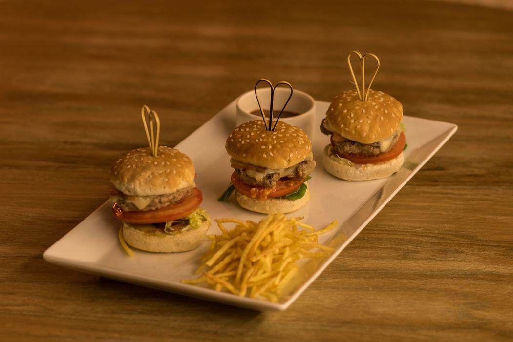 Mini hamburguesas de ternera con patatas paja y salsa BBQ
