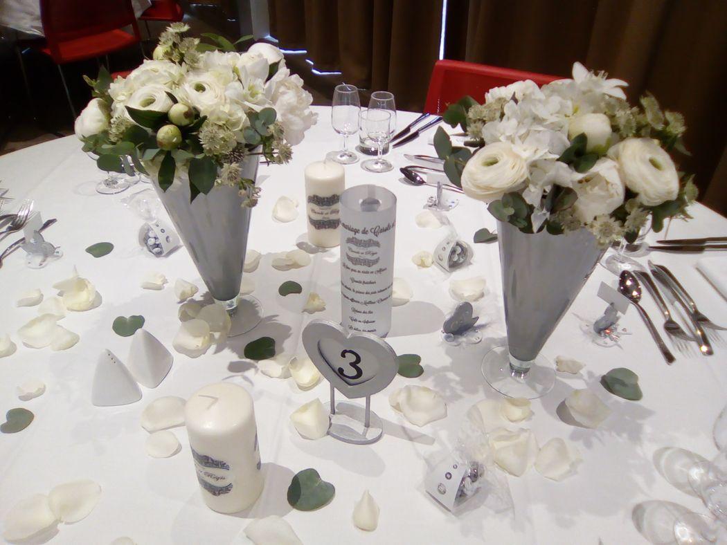 Décoration de table grise et blanche