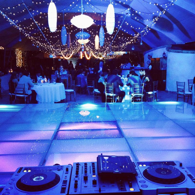 Mezclamos la producciòn con la lluvia de sentimientos dentro de una boda, un corazòn congelado dentro de la pista en esta ocasiòn