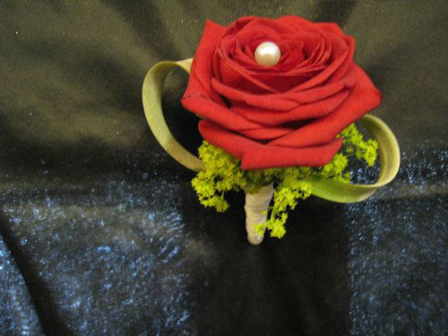 Beispiel: Anstecker für den Bräutigam, Foto: Blumenstüberl Helmut Frick.
