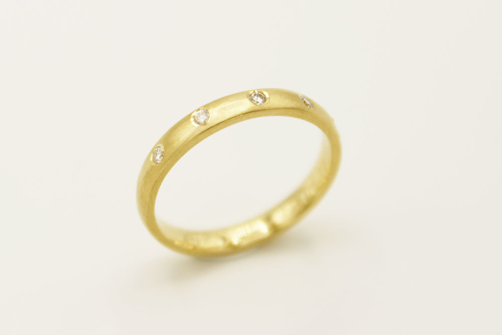 Oro amarillo 18k con cinco diamantes. Acabado mate.