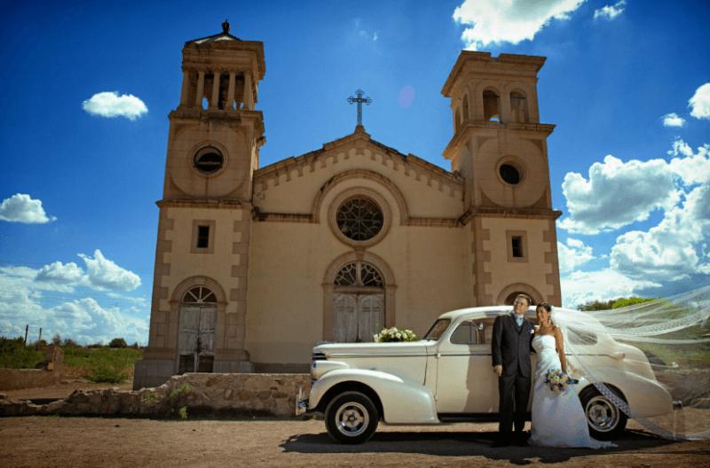 Fotografía de la iglesia y los novios con el auto de boda. Foto Alex Mendoza