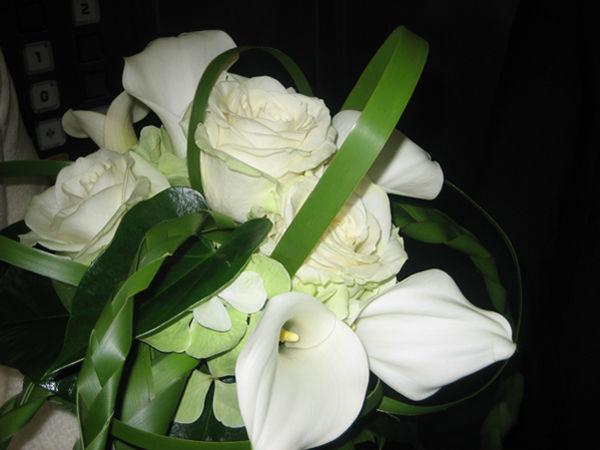 Beispiel: Schmuck für die Braut, Foto: Blumen Kamm.