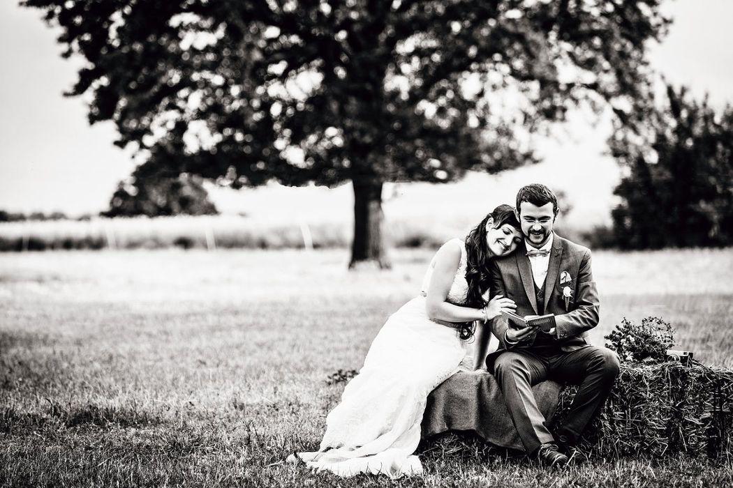 Hochzeitsreportage im Vintagestil, Vintagehochzeit, Landhochzeit, Brautpaarbilder Vintage, Brautppar, glücklich und zufrieden, verliebt, Retrohochzeit,Hochzeitsfotografie, iris Woldt