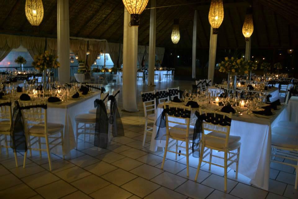 Hermosa boda en tonos blanco y negro, sillas tiffany e iluminación de mesas, la combinación perfecta!