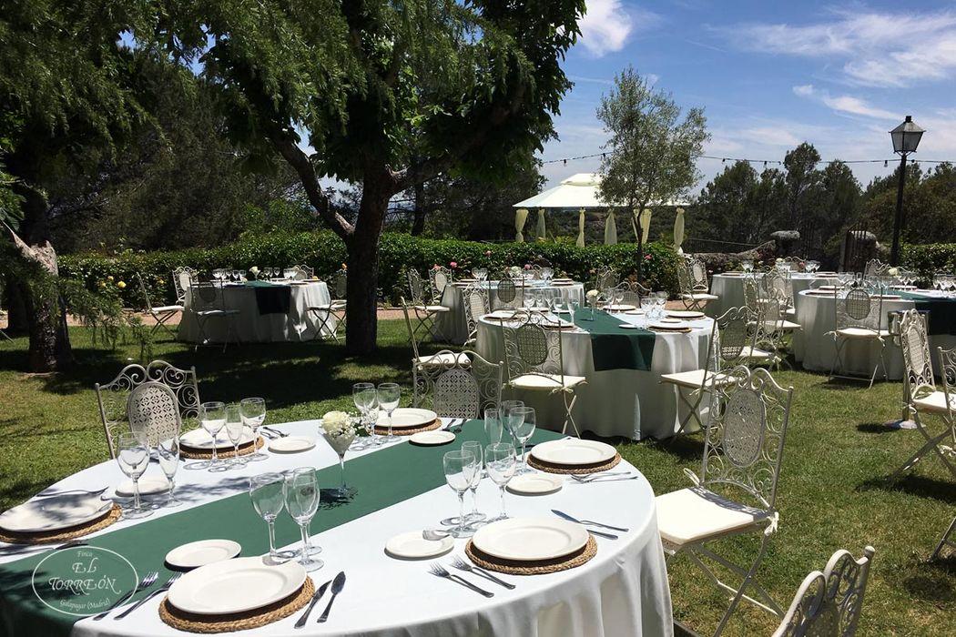 Montaje de boda en jardín