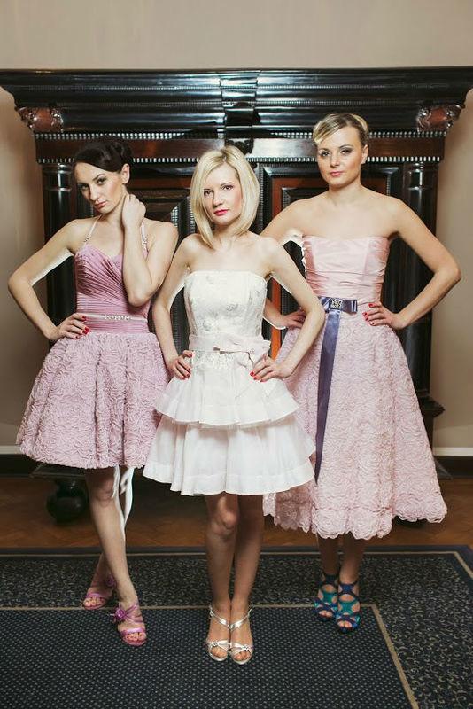 Beispiel: Kurze Brautkleider, Foto: AMV Braut- und Abendmode.