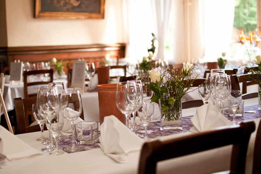 Beispiel: Innenraum - eingedeckter Tisch, Foto: Waldrestaurant St. Ottilien.
