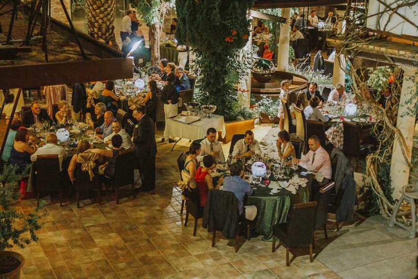 Invitados cenando en el Patio de lo Diverso