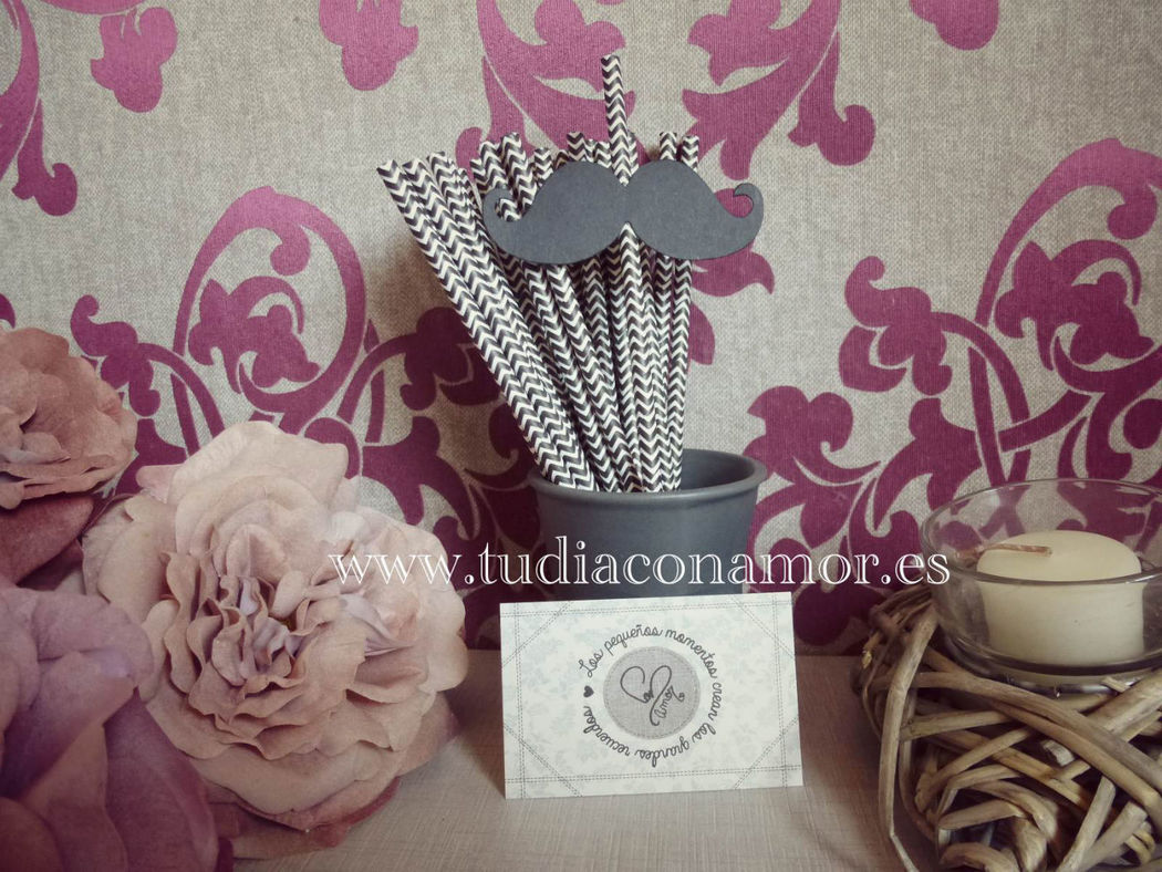 Complementos decorativos pajitas o cañas de papel en blanco y negro con bigotes