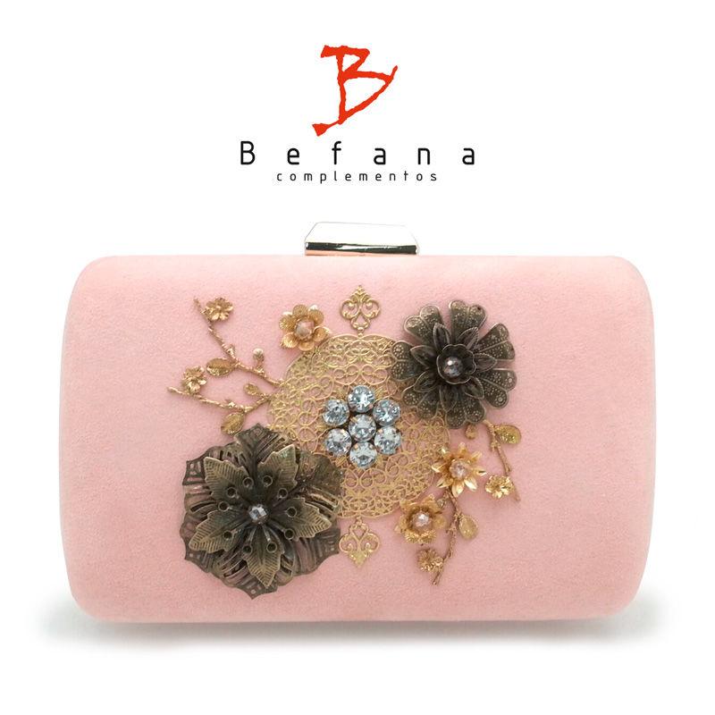 Clutch en rosa suave con aplicaciones metálicas