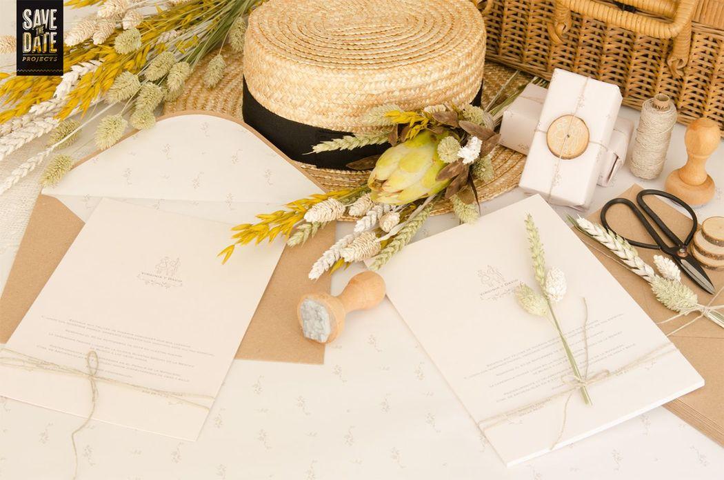 Invitación de  boda campestre con sello de caucho y sobre kraft forrado.